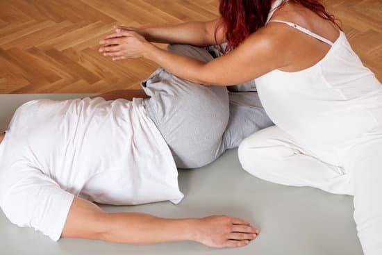 thai-massage-leg-stretching